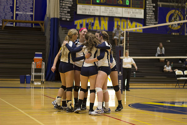Women's volleyball defeats GBN, Loyola with help of large senior class