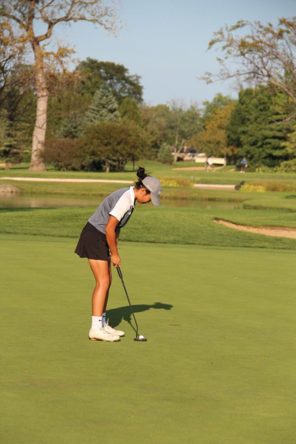 Concentrating+on+her+shot%2C+Tanaka+aims+to+put+the+ball+in+the+hole.+She%27ll+be+continuing+her+golf+career+as+a+D1+athlete+at+Indiana+University+next+fall.
